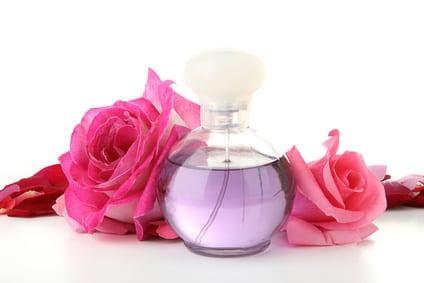eau de roses, flacon de parfum et roses