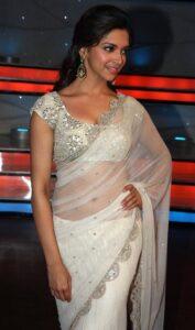 L'actrice Deepika Padukone en sari transparent blanc sur une blouse argenté bien décorée.